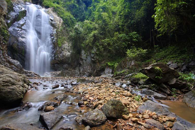 Водопад и камни