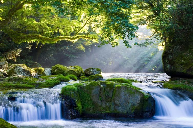 Водопад в лучах солнца