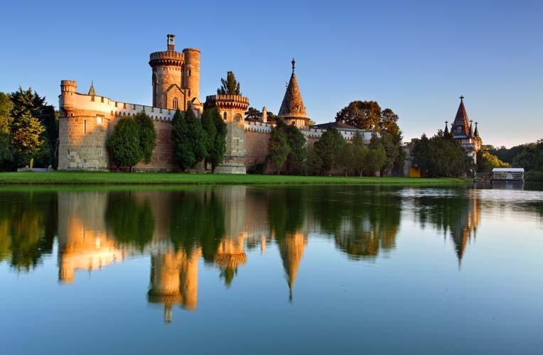 Замок у озера