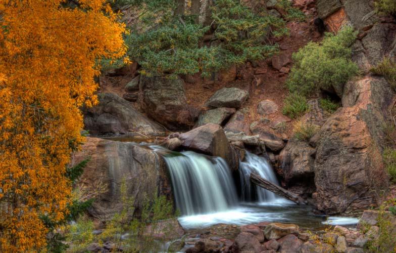 Водопад с красными листьями