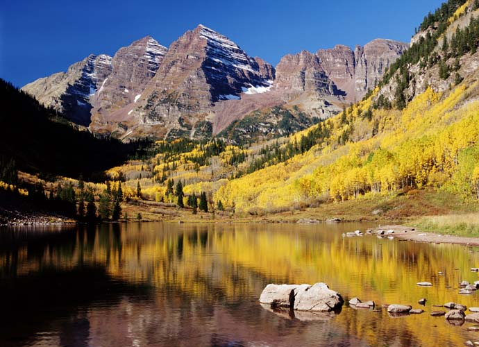 Горы с желтым лесом