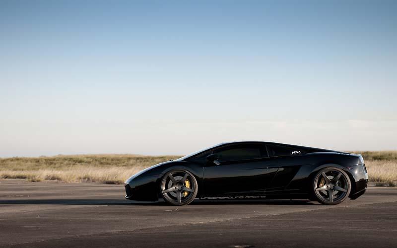 Черная машина в поле