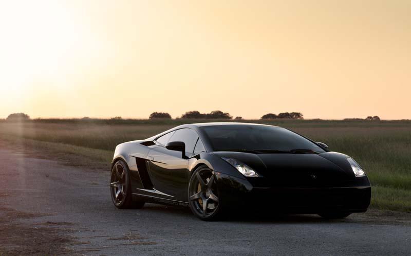 Черная машина на закате