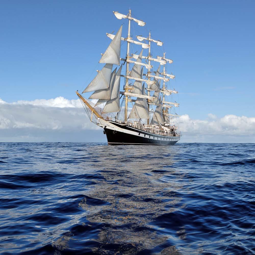 Большой корабль в море