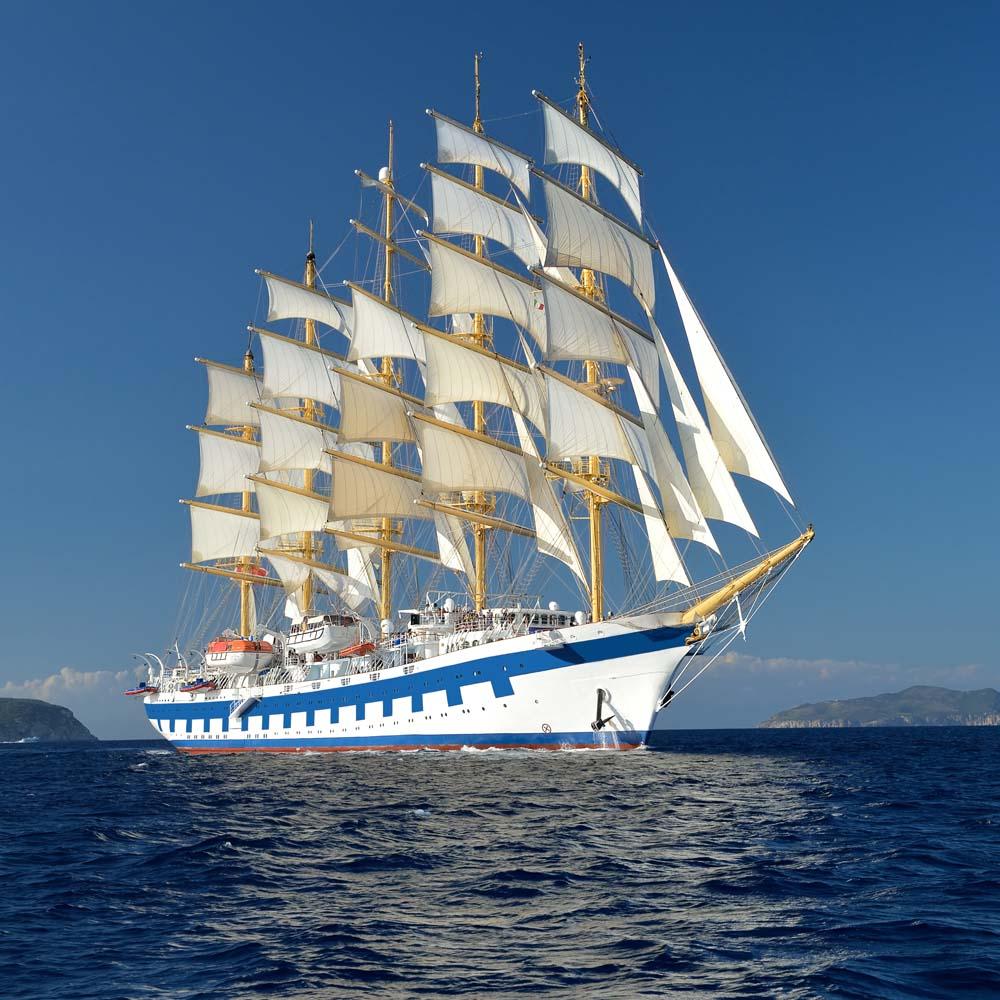 Яркий белый корабль