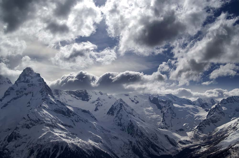 Горы в снегах