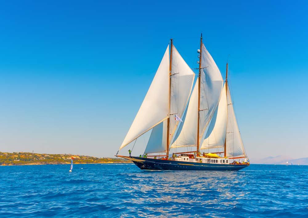 Яхта на воде