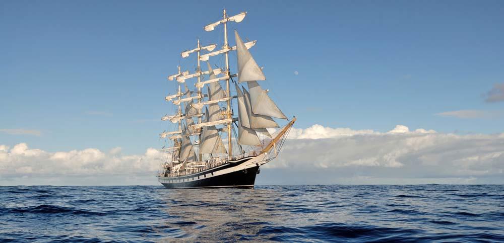 Корабль на фоне облаков