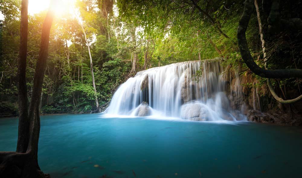 Водопад над озером