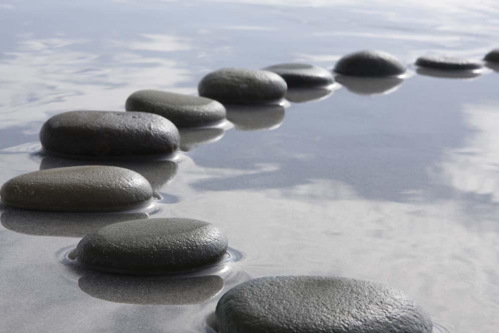 Камни на мокром песке
