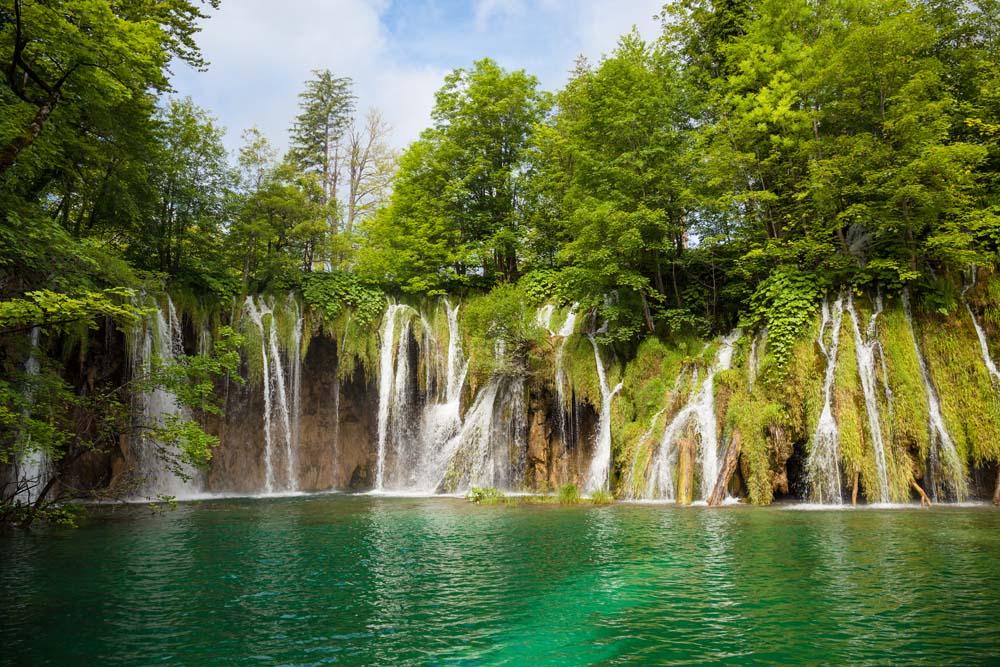 Водопады в зелени