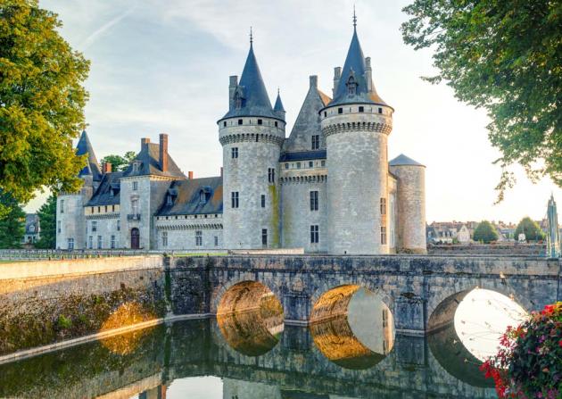 Старинный замок у озера